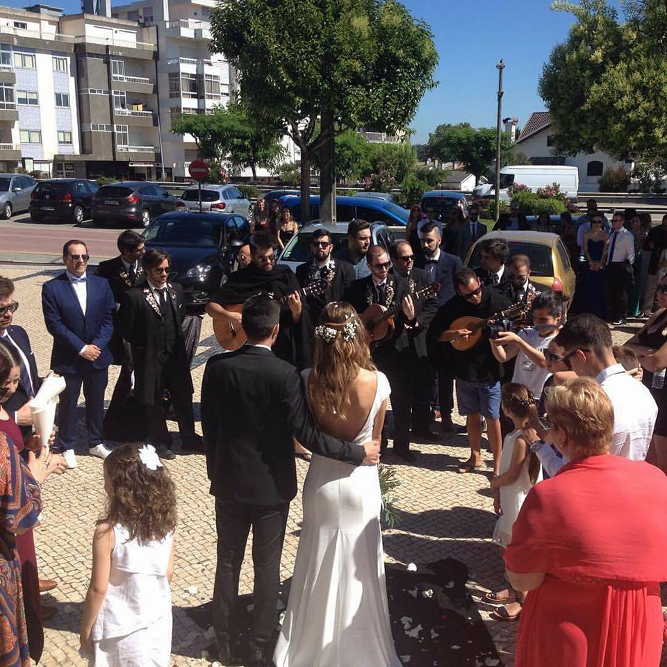 Partituna a atuar à saída igreja no casamento de ex-aluna do ISVOUGA