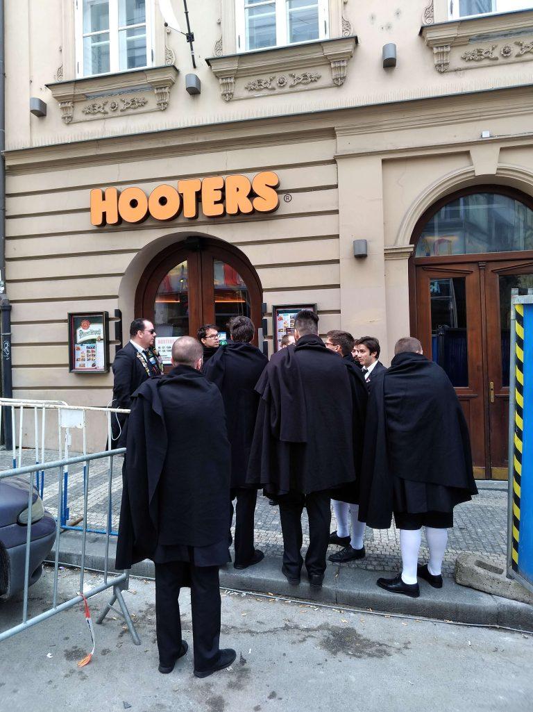 A Partituna em Praga a chegar ao Hoters para um almoço divertido