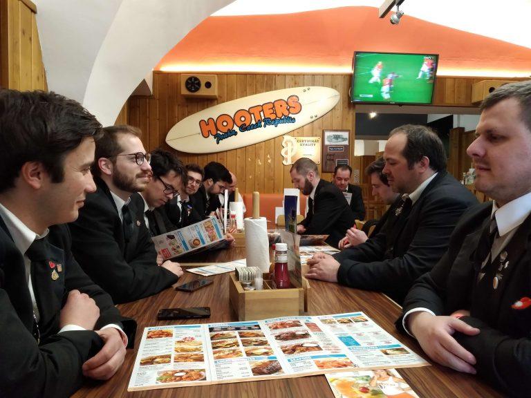 A Partituna a almoçar no Hoters em Praga