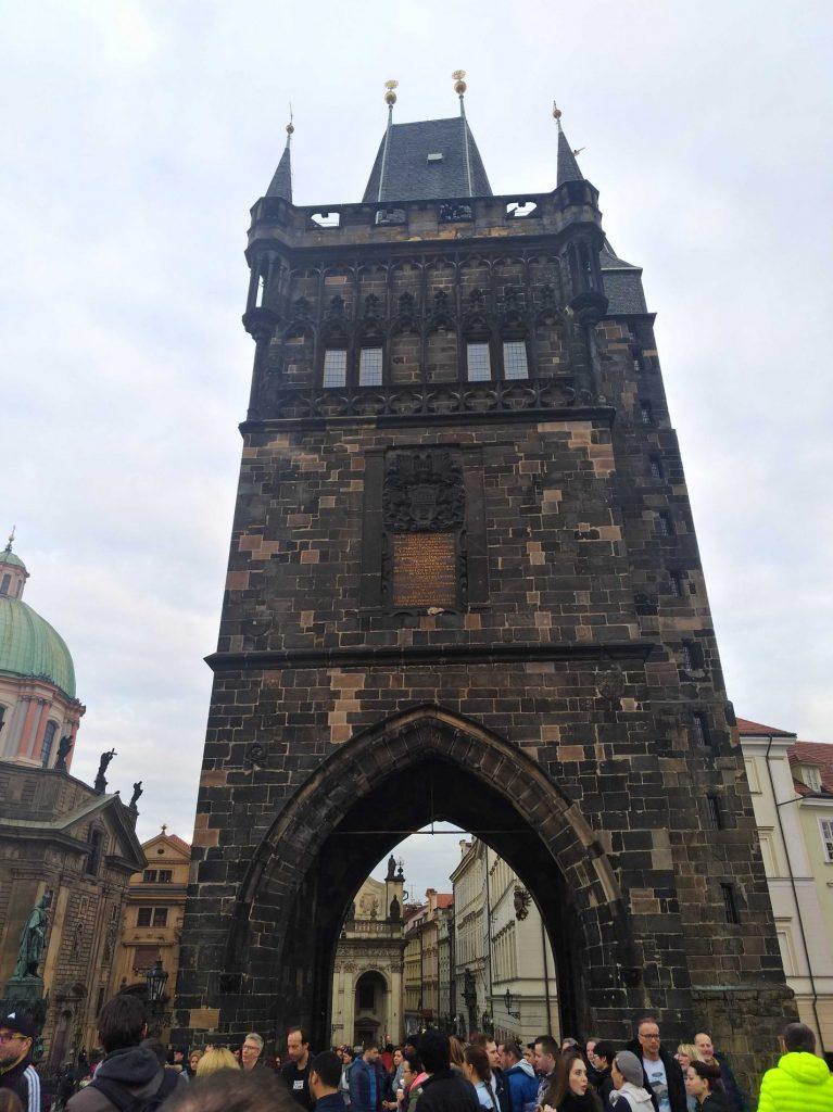 Torre da ponte Carlos do rio Vltava em Praga