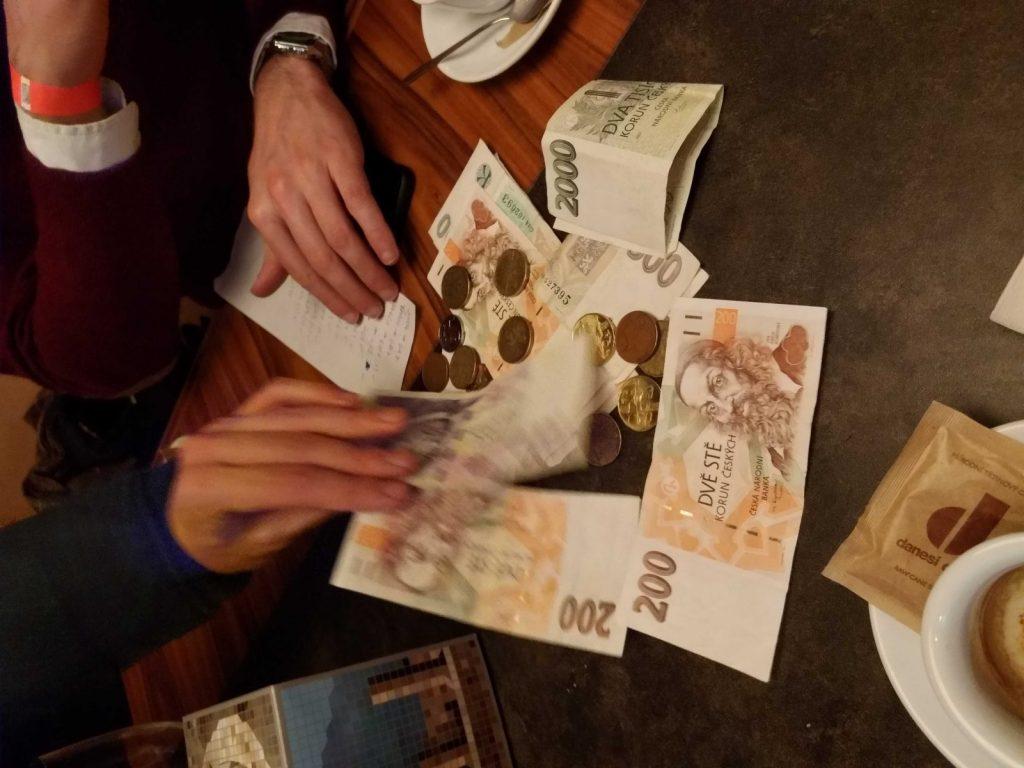 A juntar os trocos para pagar o jantar em Praga